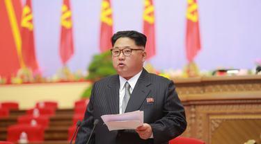 Kim Jong-un berdiri menyampaikan pidatonya dalam Kongres Partai Buruh Ke-7 Korea Utara.