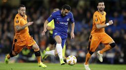 Gelandang Chelsea, Pedro Rodriguez, menggiring bola saat melawan PAOK Thessaloniki pada laga Liga Europa di Stadion Stamford Bridge, Kamis (29/11). Chelsea menang 4-0 atas PAOK Thessaloniki. (AP/Matt Dunham)