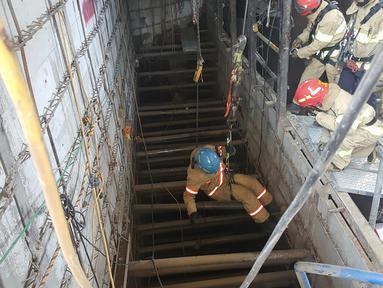 Petugas penyelamat dengan menggunakan tali turun ke lokasi robohnya konstruksi kereta bawah tanah di kota Namyangju, dekat Seoul, Korsel, Rabu (1/6). Empat pekerja tewas dan 10 orang lainnya luka-luka dalam insiden ini. (NAMYANGJU FIRE STATION/AFP)