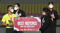 Wasit pertandingan final leg kedua Piala Menpora 2021, Agus Fauzan Arifin mendapatkan penghargaan Wasit Terbaik dan berhak atas uang tunai sebesar 50 juta Rupiah. (Foto: Bola.com/M. Iqbal Ichsan)