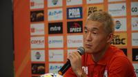 Gelandang Persipura Jayapura Oh In-kyun sempat terkejut melihat jadwal laga pertama menghadapi Persib Bandung. (Huyogo Simbolon)