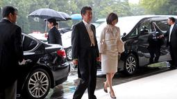 Perdana Menteri Jepang Shinzo Abe (kiri) dan istrinya Akie tiba untuk menghadiri upacara penobatan Kaisar Naruhito di Istana Kekaisaran, Tokyo, Jepang, Selasa (22/10/2019). Kaisar Jepang Naruhito akan menjalani rangkaian ritual penobatan resmi kekaisaran hari ini. (AP Photo/Koji Sasahara, Pool)