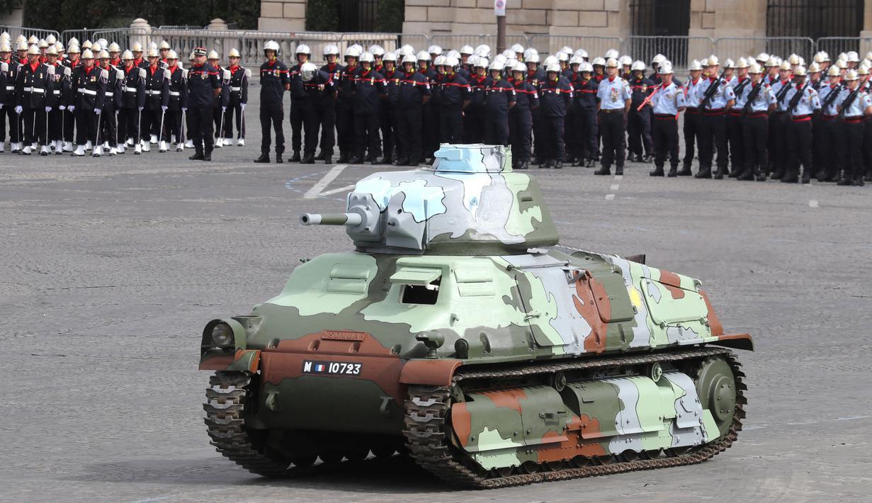 Tank Char B1 Prancis dari Perang Dunia II ditampilkan dalam upacara militer tahunan Bastille Day di Place de la Concorde, Paris (14/7/2020). Prancis mengadakan parade tersebut dengan pengurangan jumlah peserta pasukan sebagai langkah untuk keamanan terhadap penyebaran Covid-19. (AFP/Thomas Samson)