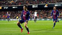 Pemain Barcelona Philippe Coutinho melakukan selebrasi usai mencetak gol ke gawang Valencia dalam pertandingan Copa del Rey di stadion Mestalla di Valencia (8/2). Barcelona menaklukan Valencia 2-0 di leg 2 semifinal. (AP Photo/Alberto Saiz)