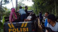 Jembatan gantung di Bogor ambruk, puluhan wisatawan terluka. (Liputan6.com/Achmad Sudarno)