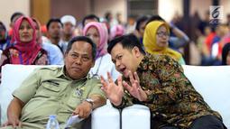 """Manager Hubungan Daerah & CSR PT HM Sampoerna Tbk, Arief Triastika (kanan) berbincang dengan Didik Djoenaedi disela-sela seminar bertajuk """"How to Sustain in Disruptive Era di Jakarta, Selasa (18/12). (Liputan6.com/HO/Ading)"""