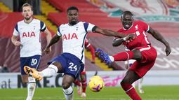 Bek Tottenham Hotspur, Serge Aurier (kiri) mencoba memblok tendangan striker Liverpool, Sadio Mane, dalam laga lanjutan Liga Inggris 2020/21 pekan ke-13 di Anfield Stadium, Rabu (16/12/2020). Tottenham kalah 1-2 dari Liverpool. (AFP/Jon Super/Pool)