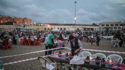 Warga menyiapkan makanan untuk buka di pantai Rabat, Maroko (9/6). Selama Ramadan, banyak warga Maroko berkunjung ke pantai menikmati angin Atlantik dan menikmati pemandangan laut. (AP Photo/Mosa'ab Elshamy)