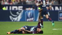 Bek Paris Saint-Germain asal Brasil, Daniel Alves kesakitan saat melawan Les Herbiers pada laga Piala Prancis di Stade de France, Saint-Denis, (8/5/2018). Alves terancam gagal ikut Piala Dunia 2018. (AFP/Franck Fife)