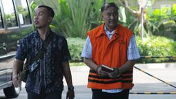 Anggota Komisi VIII DPR Fraksi Golkar nonaktif Markus Nari (kanan) dikawal petugas saat tiba di Gedung KPK, Jakarta, Jumat (3/5/2019). Markus Nari diperiksa untuk pelengkapan berkas terkait kasus dugaan korupsi proyek pengadaan e-KTP. (merdeka.com/Dwi Narwoko)