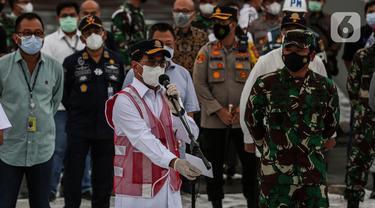 Menhub Budi Karya Sumadi (kiri) memberikan keterangan kepada wartawan terkait jatuhnya pesawat Sriwijaya Air  SJ 182 di JICT Tanjung Priok, Jakarta Utara, Selasa (12/1/2020). Black box atau kotak hitam pesawat Sriwijaya Air SJ182 telah ditemukan oleh pihak TNI AL. (Liputan6.com/Johan Tallo)