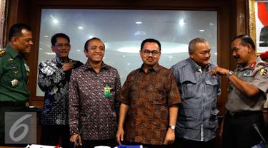 Menteri LHK (ad interim) Sudirman Said (tengah) usai berkoordinasi dengan sejumlah pihak di Kementerian LHK, Jakarta, Sabtu (5/9/2015). Pemerintah berupaya mengatasi kebakaran hutan dan lahan di Sumatera dan Kalimantan. (Liputan6.com/Yoppy Renato)