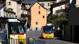 Dua angkutan umum tanpa kemudi dan sopir melintasi jalanan Sion, Swiss, Kamis (23/6). Angkutan umum listrik pertama buatan PostAuto Schweiz ini memiliki 11 kursi penumpang dengan kecepatan maksimal 20 km per jam. (REUTERS/Ruben Sprich)