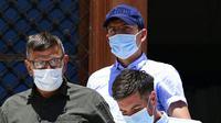 Persidangan tersebut merupakan buntut kasus pemukulan dan penyerangan terhadap petugas Kepolisian yang dilakukan tiga orang turis asal Inggris, termasuk bek tengah Manchester United itu. (AP/Michael Varaklas)