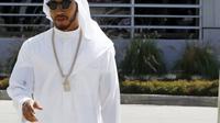 Pebalap F1, Lewis Hamilton, mengenakan pakaian tradisional Bahrain di Sirkuit Sakhir, 3 April 2016. (REUTERS/Hamad I Mohammed)