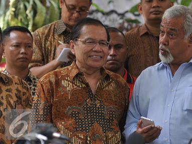 Mantan Perdana Mentri Timor Leste, Xanana Gusmao (Kanan) dan Mentri Kemaritiman dan Sumber Daya Rizal Ramli (Kiri) memberikan keterangan pers terkait pertemuannya di rumah Rizal Ramli di Kemang, Jakarta, Minggu, (23/8/2015). (Liputan6.com/Johan Tallo)