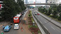 Kendaraan melintas di samping-pohon-pohon yang telah dipindah di kawasan Sudirman, Jakarta, Jumat (9/3). Pohon-pohon tersebut dipindah ke ruang terbuka hijau di Jakarta seperti Waduk Pluit dan Taman BMW. (Liputan6.com/Arya Manggala)