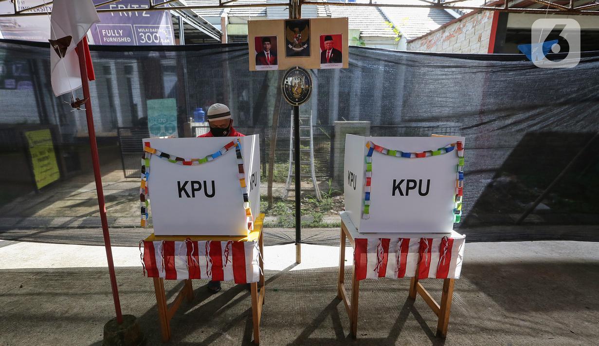 Warga melakukan pemungutan suara pada Pilkada Tangerang Selatan di TPS 49 Cendana Residence, Pondok Benda, Pamulang, Rabu (9/12/2020). TPS 49 pada Pilkada Serentak 2020 mengusung tema Rindu Sekolah Lagi (Kisah-Kasih di Sekolah). (Liputan6.com/Fery Pradolo)
