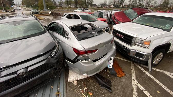 Mobil terbalik diterjang tornado di Jonesboro, Arkansas. Dok: Facebook Jonesboro Police Department