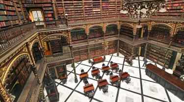 Pemandangan Royal Portuguese Cabinet of Reading di Rio de Janeiro, Brasil, 5 Desember 2018. Perpustakaan bertingkat ini begitu spektakuler dengan menyajikan suasana seperti dalam film Harry Potter. (Carl De Souza/AFP)