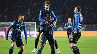 Para pemain Atalanta merayakan gol yang dicetak Duvan Zapata ke gawang Juventus pada perempat final Copa Italia di Stadion Atleti Azzurri d'Italia, Bergamo, Rabu (30/1). Atalanta menang 3-0 atas Juventus. (AP/Paolo Magni)