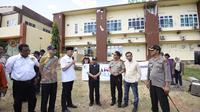 Penjabat Gubernur Jawa Barat Mochamad Iriawan tengah menyalurkan bantuan secara langsung di kawasan Posko Pusat Bencana Lombok Utara di depan RSUD Tanjung. (Dok. Humas Pemprov Jabar/Huyogo Simbolon)