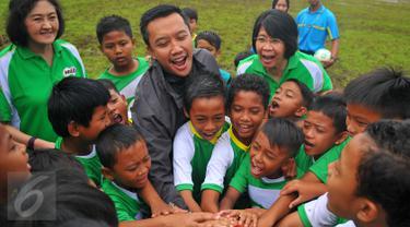 Menpora Imam Nahrawi bersama sejumlah anak melakukan tos saat menghadiri Milo Football Championship di Jakarta, Sabtu (18/2). Sebanyak 8000 siswa SD mengikuti acara ini. (Liputan6.com/Angga Yuniar)