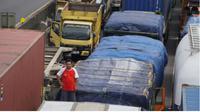 Polisi masih berupaya mengurai kemacetan di Tol Cipularang dan Jalur Purwakarta-Bandung, salah satunya dengan melakukan one way. (Liputan6.com/Abramena)