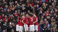 Para pemain Manchester United merayakan gol yang dicetak oleh Anthony Martial ke gawang Manchester City pada laga Premier League di Stadion Old Trafford, Minggu (8/3/2020). Manchester United menang dengan skor 2-0. (AP/Dave Thompson)