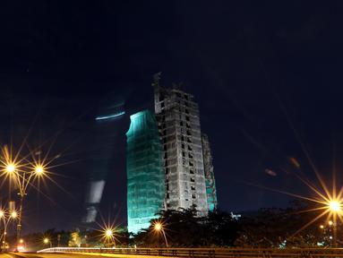 Suasana pembongkaran gedung tua milik Bank Panin di Bintaro Sektor 7, Pondok Aren, Tangerang Selatan, Jumat (14/10). Pembongkaran tersebut menggunakan teknik pembebanan yang akan ditimpakan dari bagian atas gedung. (Liputan6.com/Helmi Afandi)