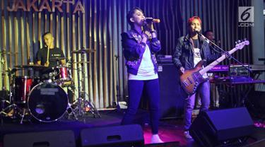 """Penampilan band THE ROW seusai jumpa pres band electronik """"THE ROW"""" di kawasan SCBD, Jakarta, Rabu (10/1). Rowman drum band Ungu, membuat group musik yang bernama THE ROW yang bergenre elektro dance musik. (Liputan6.com/Herman Zakharia)"""