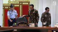 Presiden Jokowi saat akan memimpin Rapat Terbatas Evaluasi Proyek Strategis Nasional, Jakarta, Senin (16/4). Jokowi mengatakan proyek strategis nasional yang mulai dikerjakan pada 2018 agar segera dieksekusi. (Liputan6.com/Angga Yuniar)
