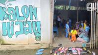 Aktivitas belajar mengajar di Pendidikan Usia Dini (PAUD) Pelopor di Desa Cibeuteung, Ciseeng, Bogor, Rabu (19/2/2020). Sudah sejak tahun 2009, PAUD Pelopor yang saat ini memiliki 30 murid belajar pada bangunan sederhana menumpang di atas tanah milik orang lain. (merdeka.com/Arie Basuki)