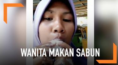 Aksi seorang wanita makan sabun seperti menikmati es krim. Video ini menuai beragam komentar dari warganet