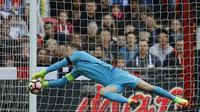 Joe Hart yang dibuang Manchester City tetap dipercaya sebagai kiper pertama Timnas Inggris. Dia mengawal gawang laga melawan Lithuania pada kualifikasi Piala Dunia 2018, Minggu (26/3/2017). (AP Photo/Frank Augstein)