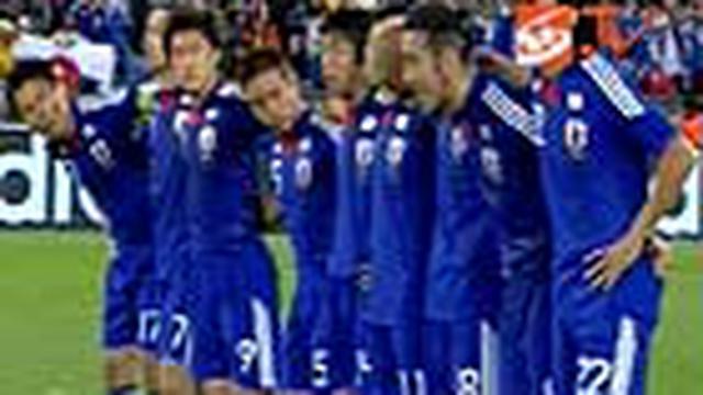 Tak ada rasa kecewa tergambar di wajah para fans Jepang. Meski harus keluar dari Piala Dunia, ribuan penggila bola tetap berpesta di bawah rintik hujan di pusat kota Tokyo.