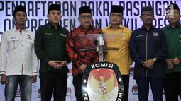 Sekjen PDIP Hasto Kristiyanto mewakili 8 sekjen partai politik pendukung Jokowi memberikan keterangan usai bertemu dengan ketua dan komisioner KPU di Kantor KPU, Jakarta, Selasa (7/8). (Merdeka.com/Iqbal S. Nugroho)
