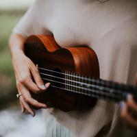 ilustrasi gitar musik country/Photo by Hannah Busing on Unsplash