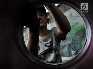 Pengrajin saat menyelesaikan pembuatan beduk di kawasan Tanah Abang, Jakarta, Senin (14/5). Pedagang beduk mulai memenuhi sepanjang jalan di kawasan Tanah Abang menjelang Ramadan. (Merdeka.com/Iqbal Nugroho)