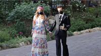 Harry Styles dan Olivia Wilde tertangkap kamera berpegangan tangan (Foto: pagesix.com)
