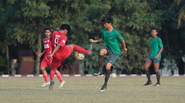 Duel pemain Timnas Indonesia U-16, Rendy Juliansyah (kanan) dan pemain Top Skor U-16  pada laga uji coba di Lapangan Atang Sutresna, Cijantung, Kamis (10/5/2018). Tim Top Skor U-16 menang 2-0 atas Timnas Indonesia U-16. (Bola.com/Nick Hanoatubun)