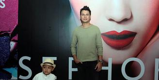Dengan platform video, Christian Sugiono arahkan sang anak untuk catwalk di acara Jakarta Fashion Week