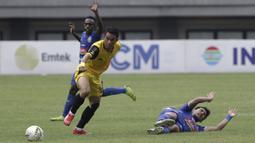 Striker Bhayangkara FC, Alsan Sanda, berusaha mengamankan bola saat melawan Arema FC pada laga perempat final Piala Presiden 2019 di Stadion Patriot, Bekasi, Sabtu (30/3). Bhayangkara kalah 0-4 dari Arema. (Bola.com/Yoppy Renato)