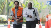 Gubernur Kepulauan Riau, Nurdin Basirun (kiri) tiba untuk menjalani pemeriksaan di Gedung KPK, Jakarta, Selasa (16/7/2019). Nurdin Basirun diperiksa sebagai tersangka usai ditangkap dalam OTT KPK berkaitan dengan dugaan suap izin lokasi rencana reklamasi di wilayah Kepri. (merdeka.com/Dwi Narwoko)