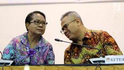 Ketua KPU Arief Budiman (kanan) berbincang dengan Menteri PPPA Yohana Yembise disela acara penandatanganan nota kesepahaman di Gedung KPU, Jakarta, Rabu (30/5). (Liputan6.com/JohanTallo)