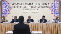 Tim penyeleksi mewawancarai calon hakim agung di Auditorium Gedung Komisi Yudisial, Jakarta, Kamis (3/1). Wawancara ini sebagai serangkaian tahapan akhir dari proses seleksi calon hakim agung. (Liputan6.com/Angga Yuniar)