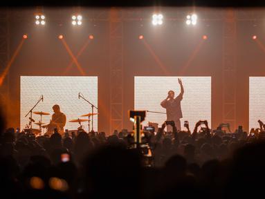 Band indie pop asal Los Angeles, LANY membawakan lagu pada konser  tunggal di kawasan SCBD, Jakarta, Selasa (27/3). LANY kembali ke Jakarta dalam rangkaian tur dunia promo album self-titled mereka yang rilis tahun lalu.  (Liputan6.com/Faizal Fanani)