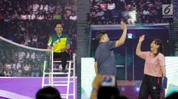 Legenda bulutangkis Indonesia, Alan Budikusuma dan Susi Susanti tertawa lepas saat bertanding melawan artis Ricky Harun dan Ria Ricis di Konser Energi Asian Games 2018 di Studio 6 Indosiar, Jakarta, Kamis (8/3). (Liputan6.com/Faizal Fanani)