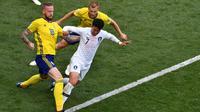 Penyerang Korsel Son Heung-min (tengah) dijaga duo Swedia, Pontus Jansson (kiri) dan Sebastian Larsson pada laga Grup F Piala Dunia 2018 di Nizhny Novgorod, Senin (18/6/2018).  (AFP/Dimitar Dilkoff)