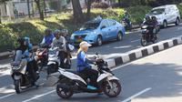 Pengendara sepeda motor hendak putar balik dan melawan arus di kawasan Jagakarsa, Jakarta, Minggu (6/1). Jauhnya akses putar balik menyebabkan para pemotor nekat melawan arah, meskipun membahayakan keselamatan. (Liputan6.com/Immanuel Antonius)